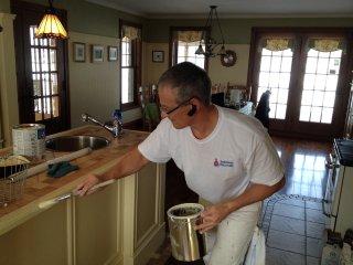 Trucs et conseils sur la teinture int rieure - Peinture d armoire de cuisine ...
