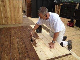 Trucs et conseils la peinture sur bois trait for Peinture plancher en bois