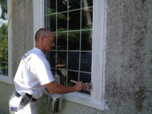Peinture extérieure au pinceau sur fenêtre