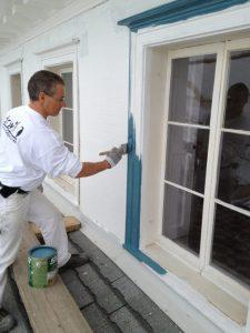 Peinture de fenêtre extérieur sur maison du patrimoine