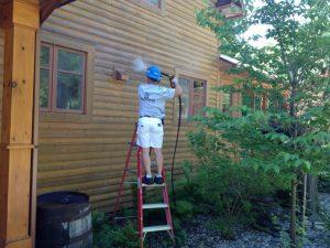 Nettoyage à pression sur façade de maison