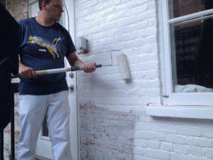 Application de couche d'apprêt sur brique