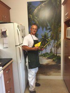 Pose papier peint mural dans une cuisine