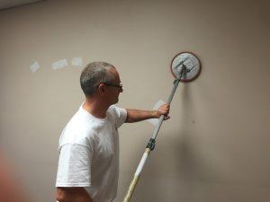 Réparer et sabler le mur comme préparation de surface