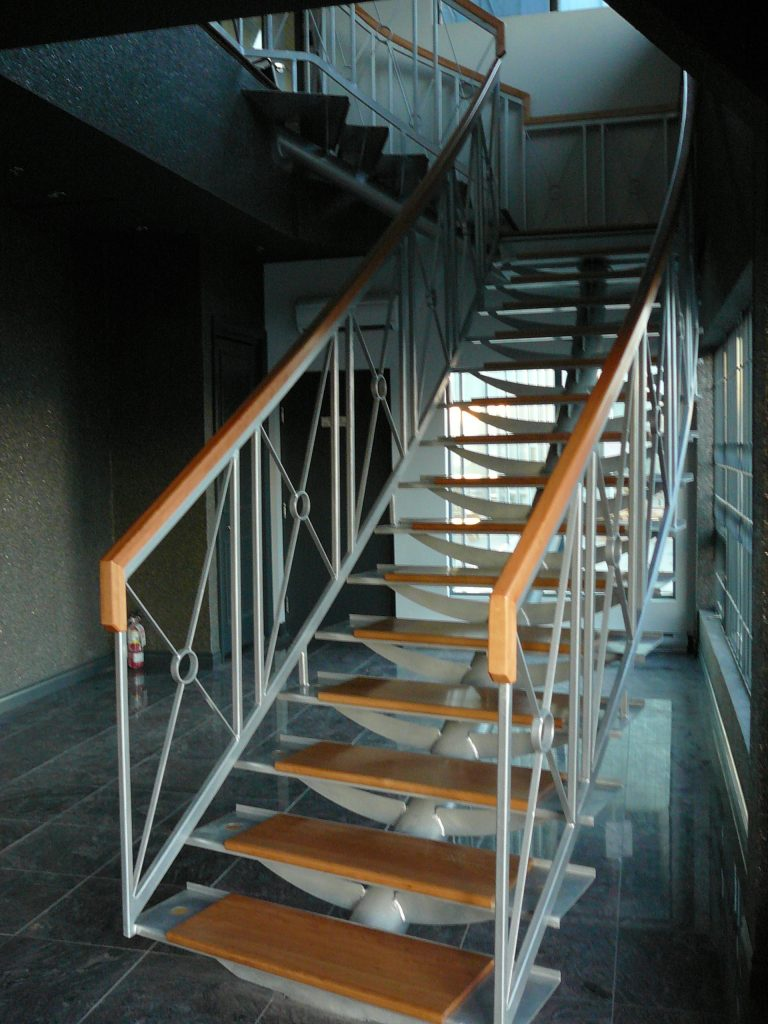 Décapage teinture et vernis descalier -