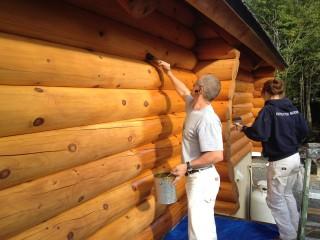 teinture sur maison en bois rond